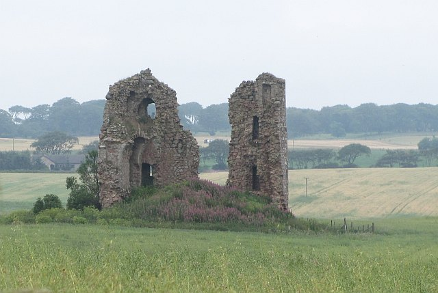 A ruined castle in Scotland. By Richard Webb, CC BY-SA 2.0, https://commons.wikimedia.org/w/index.php?curid=30219489