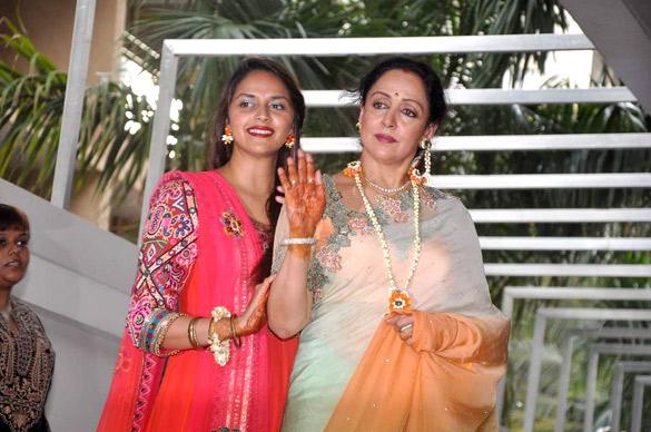 Mehndi Ceremony Wiki : File hema malini ahana deol at esha s mehendi ceremony