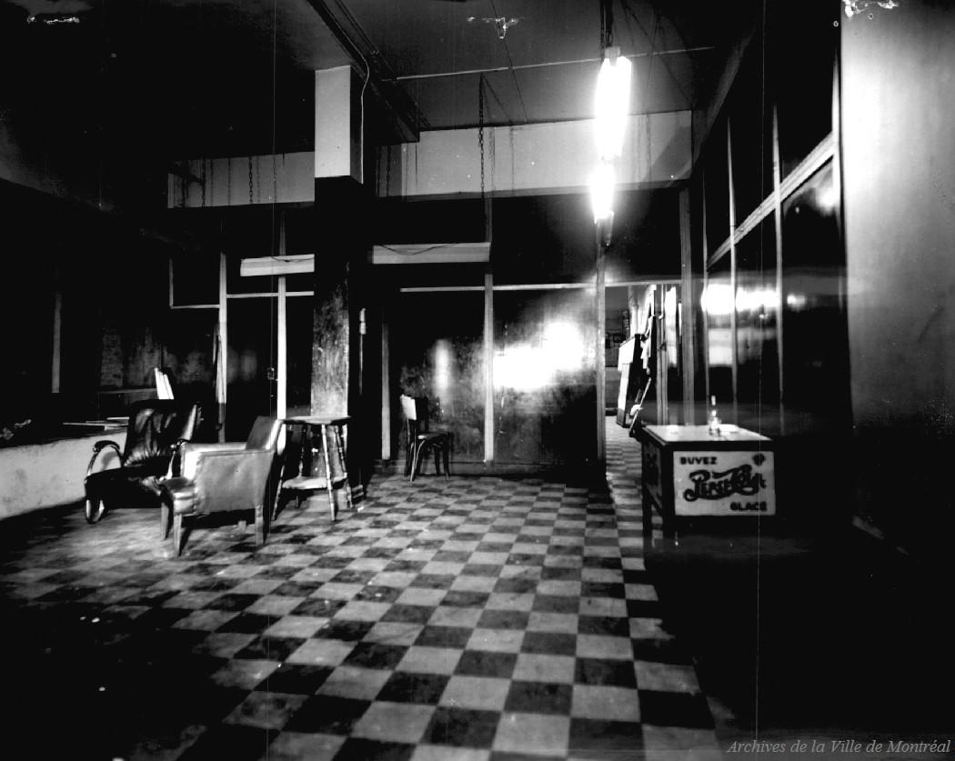 File:Interieur d une maison de jeu, Montreal, 1940.jpg ...