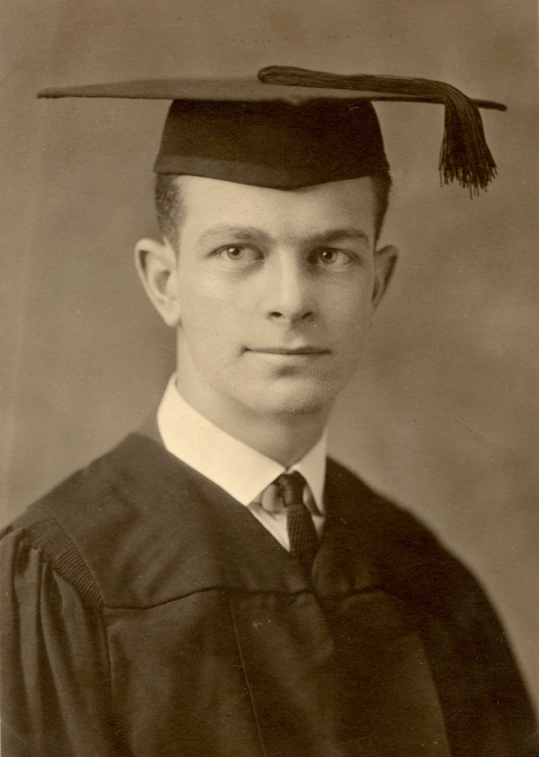 https://upload.wikimedia.org/wikipedia/commons/c/ca/LinusPaulingGraduation1922.jpg