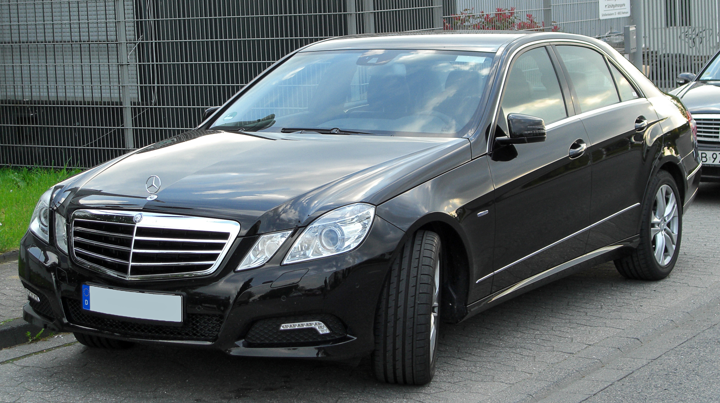 File:Mercedes E 200 CGI BlueEFFICIENCY Avantgarde (W212) front ...