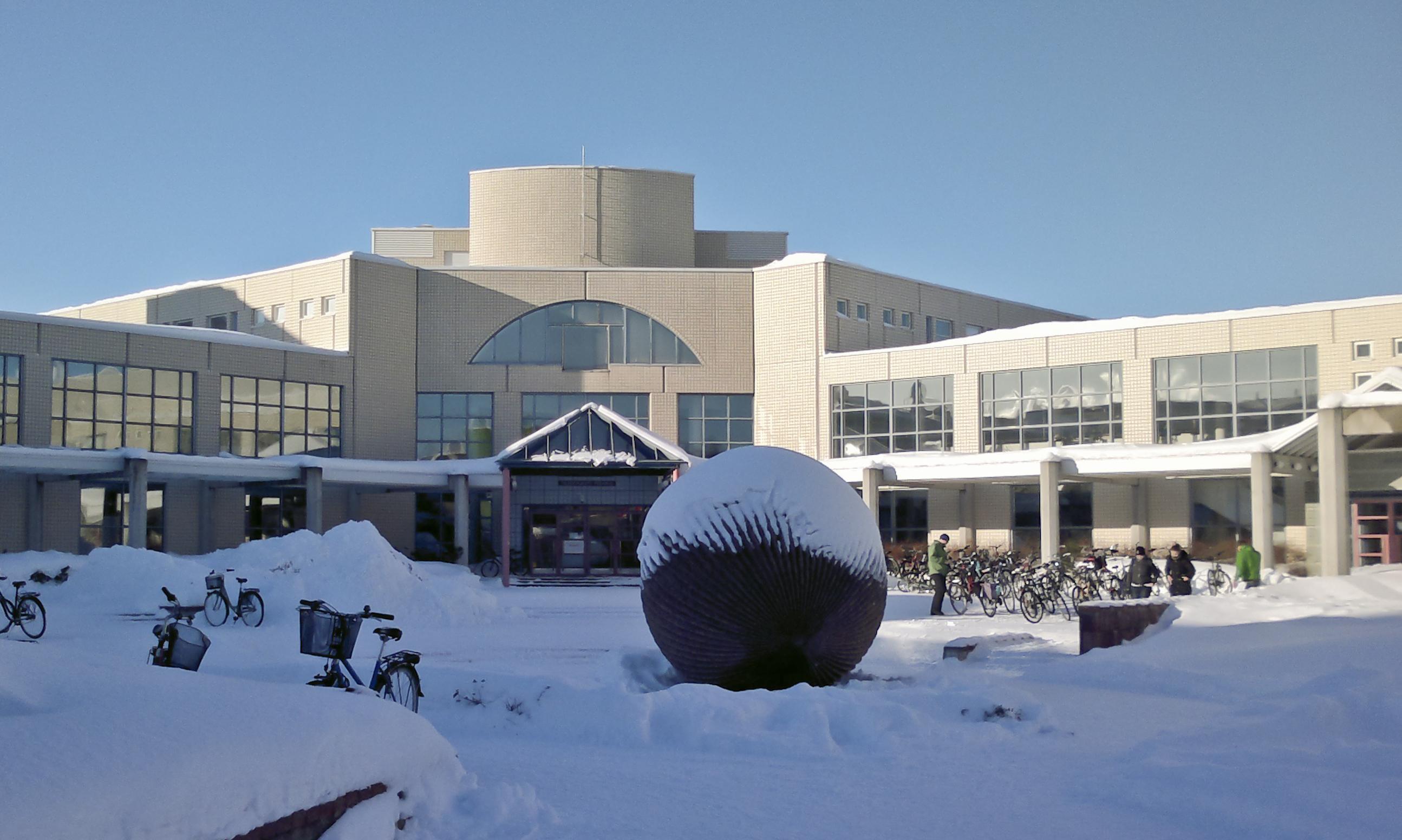 Oulun yliopiston kirjaston sisäänkäynti.jpg