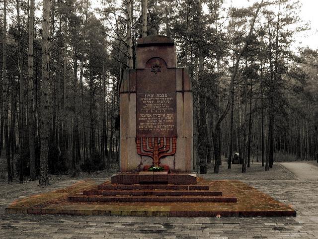 https://upload.wikimedia.org/wikipedia/commons/c/ca/Paneriai_Jews_Monument.jpg