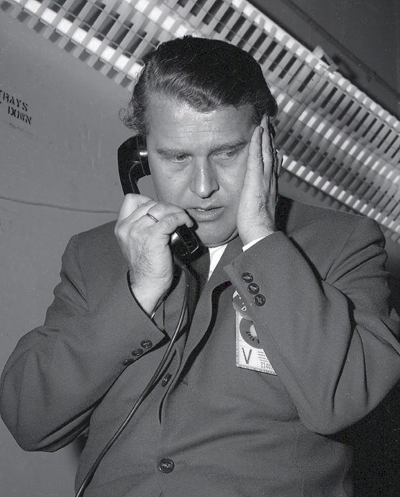 Pioneer 4 von Braun on telephone.jpg