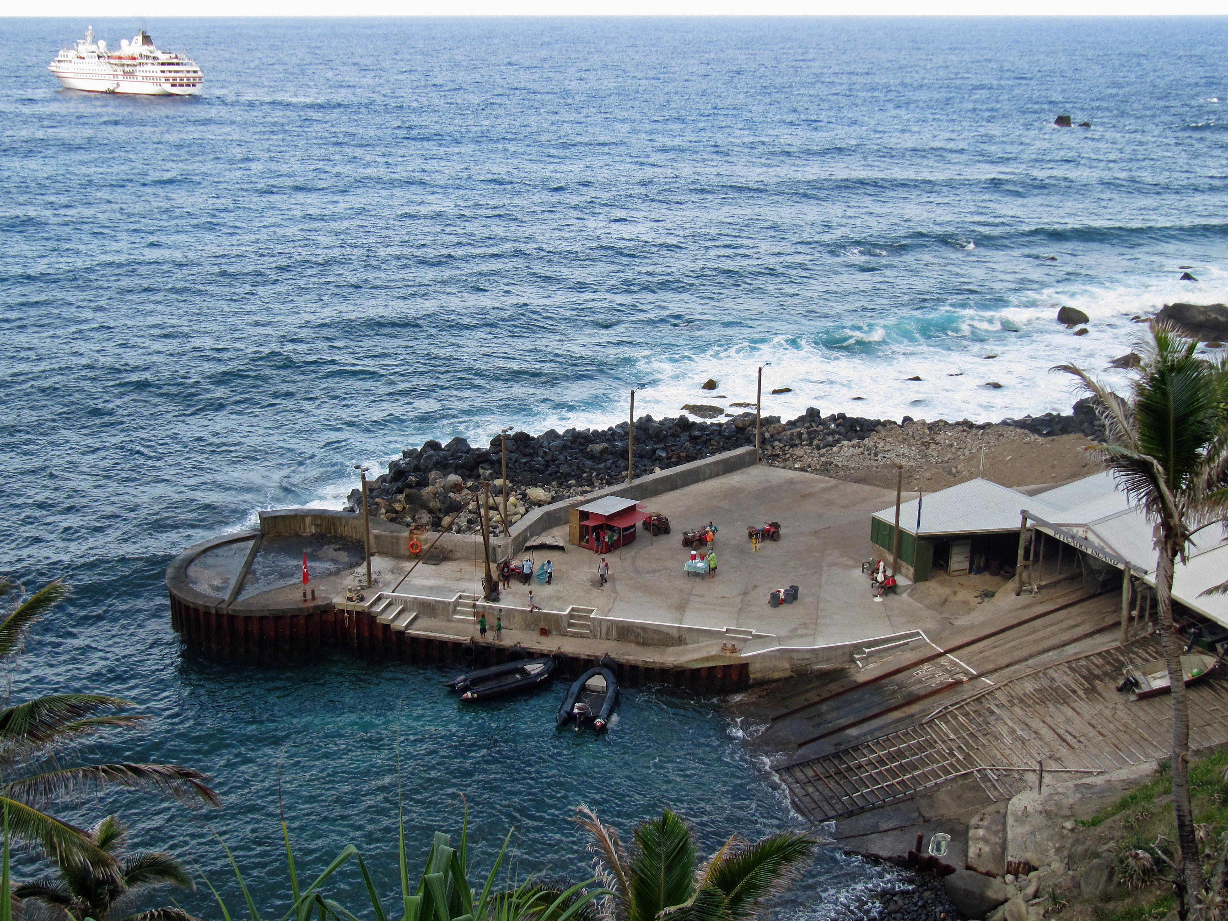 File:Pitcairn Anlegestelle.jpg - Wikimedia Commons