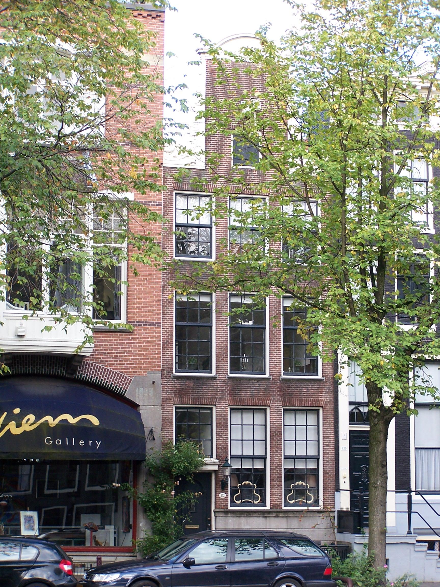 Huis met herbouwde gevel onder de oude hals in amsterdam monument - Oude huis fotos ...