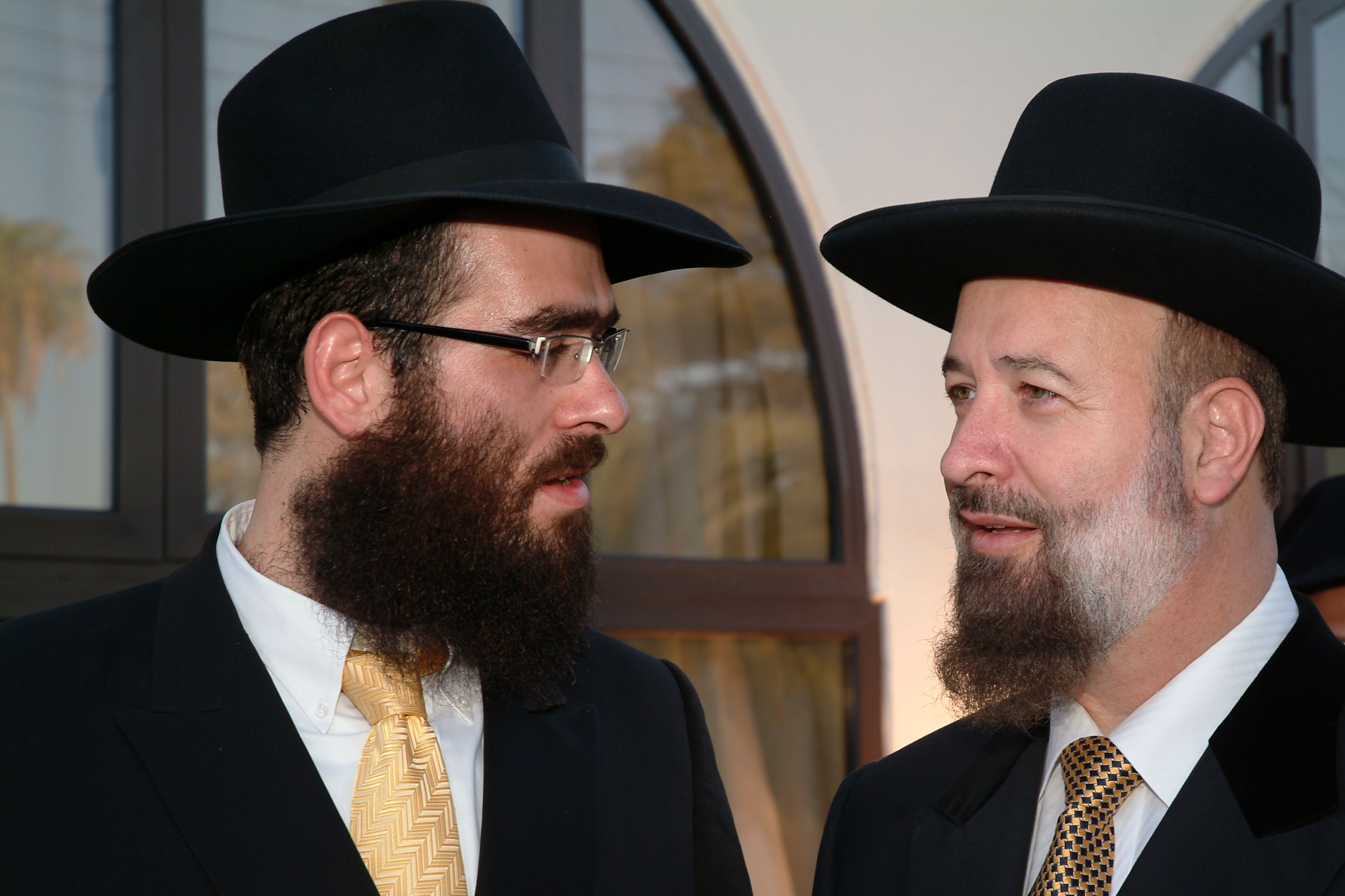 http://upload.wikimedia.org/wikipedia/commons/c/ca/Rabbi_Raskin_with_Rabbi_Metzger.jpg