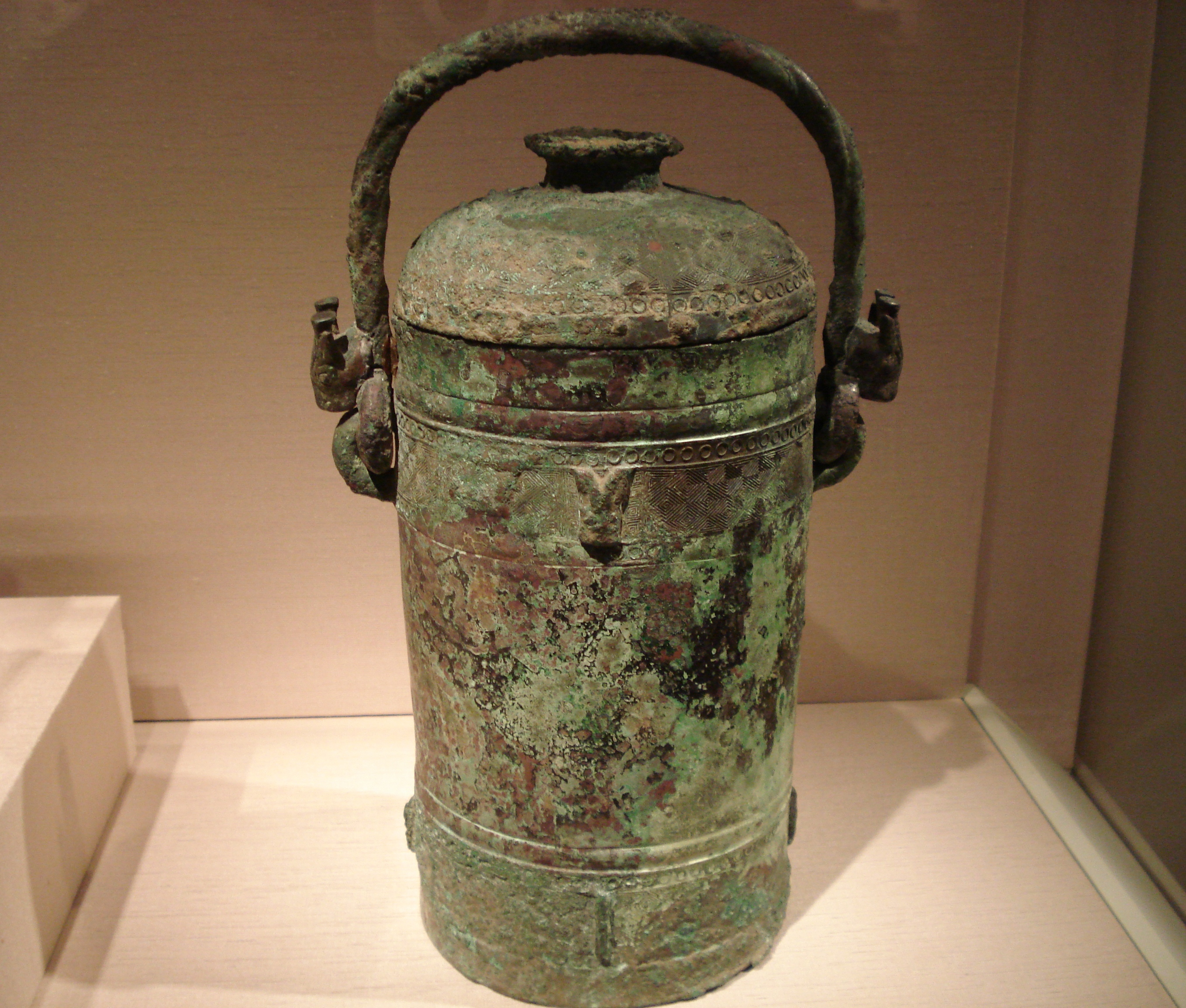 File:Ritual wine container with handle, Shang Dynasty.jpg ...