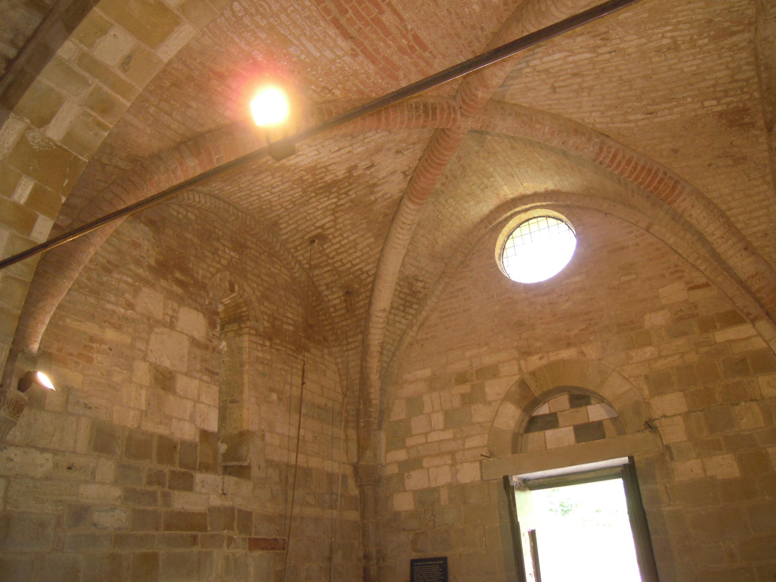 San Giovanni d'Asso, chiesa di San Pietro in Villore, interno verso la controfacciata.jpg
