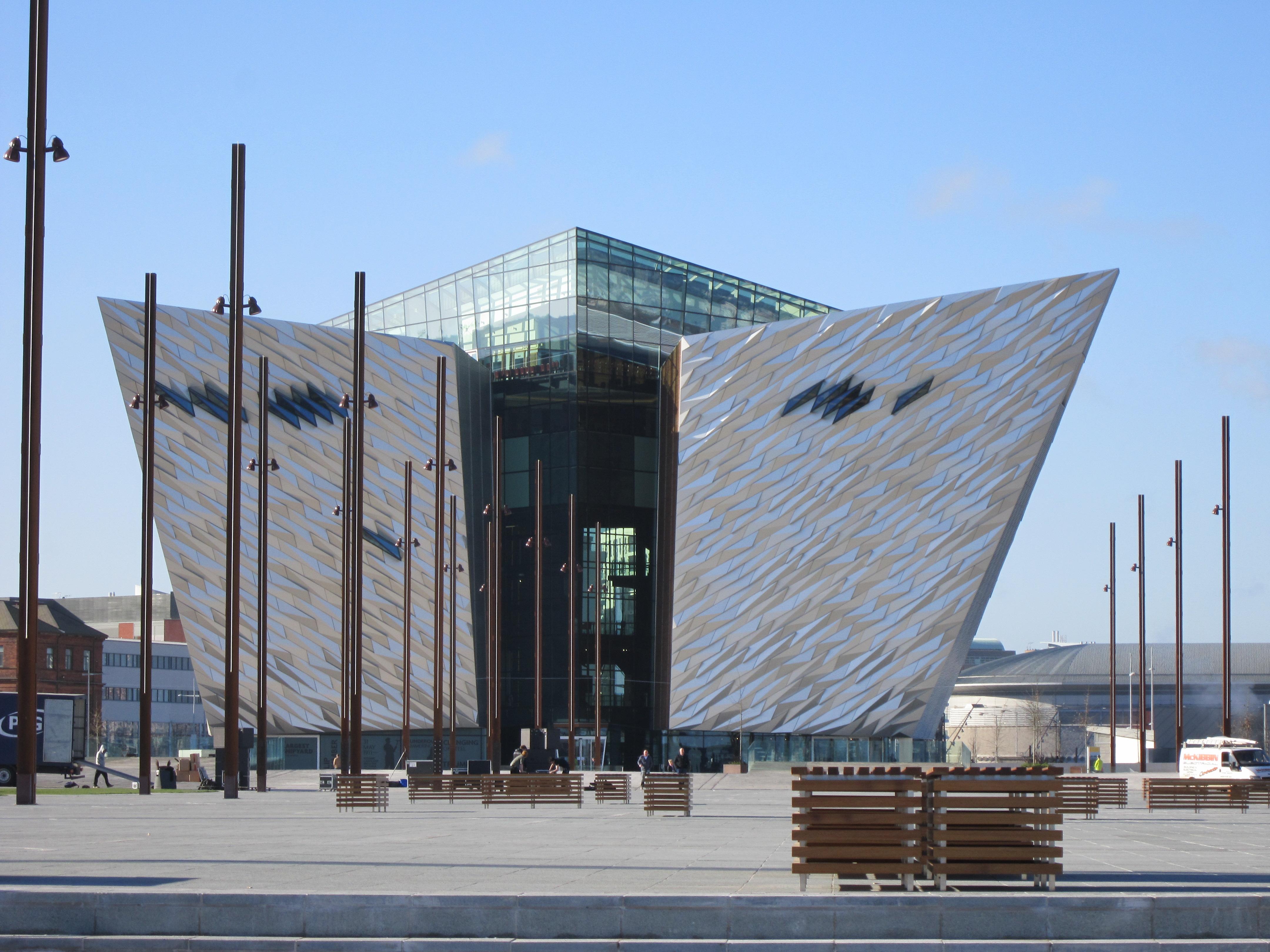 Vista de la entrada del museo Titanic Belfast