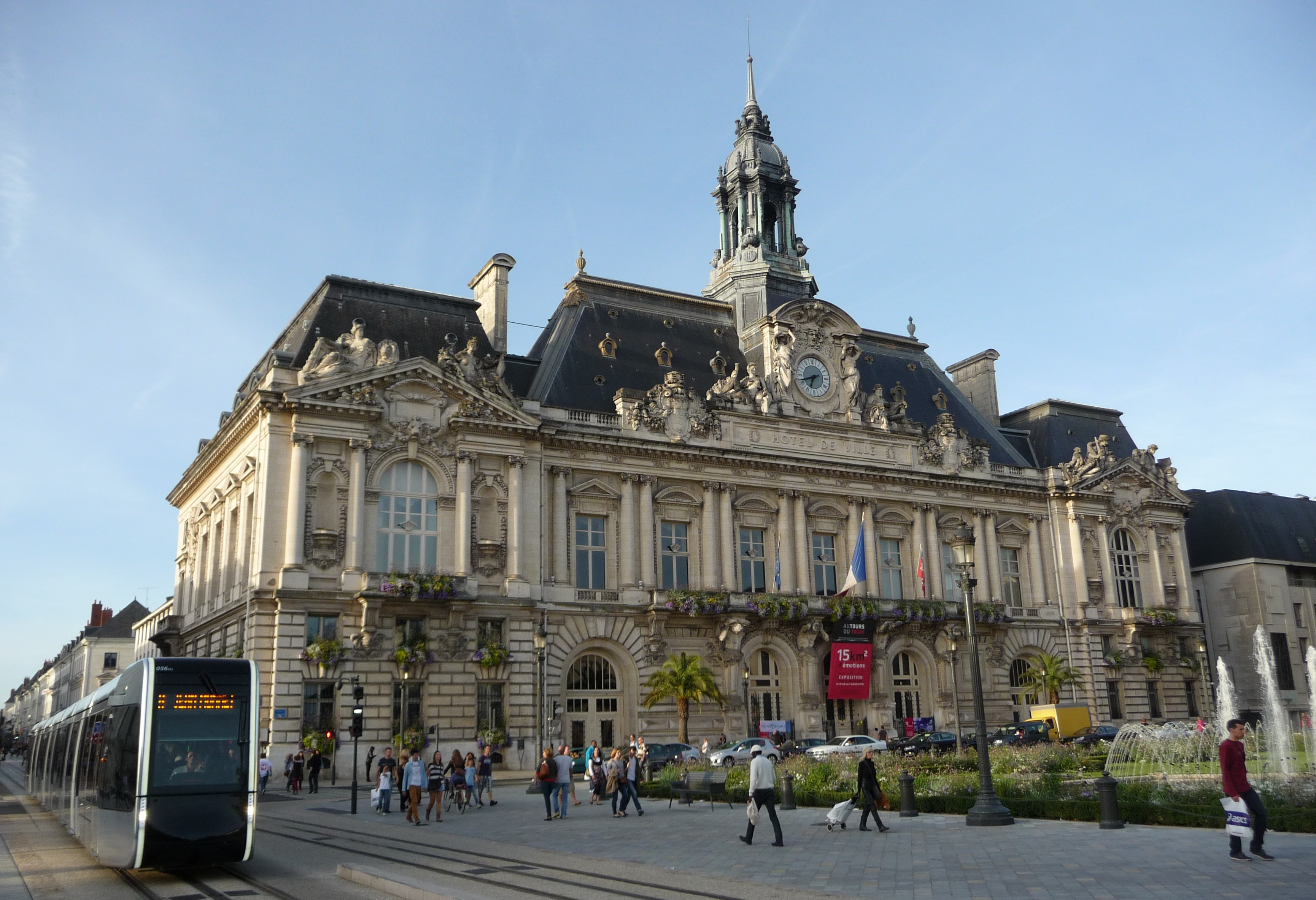 File tram et h tel de ville de tours jpg for Maison de la bibliotheque
