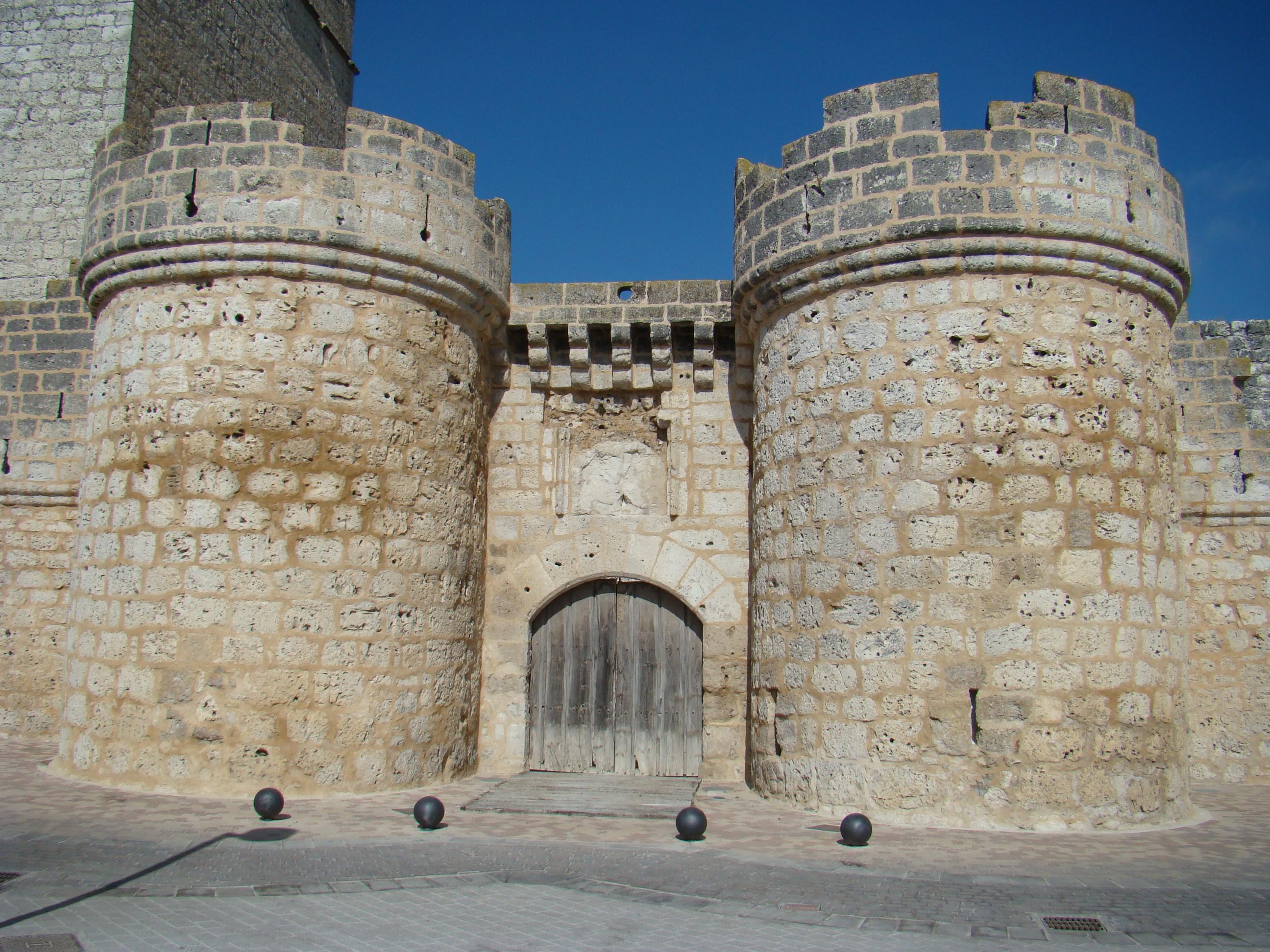 File valladolid portillo castillo puerta sur wikimedia commons - Puertas en valladolid ...