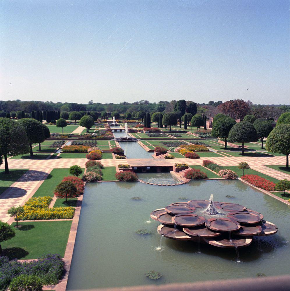 File:View of the Mughal Garden of Rashtrapati Bhavan in ...