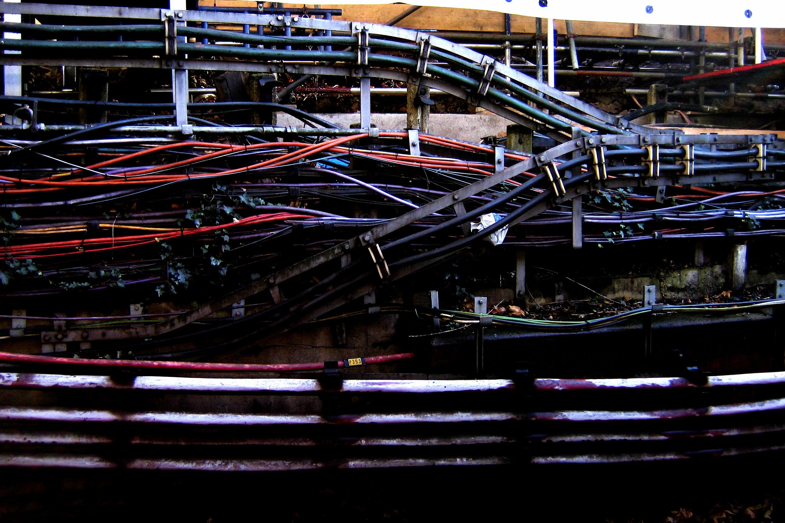 File:2006-02-16 - London - Underground - Earls Court - Wires ... on underground wire in shorts, underground transmission, underground generator,