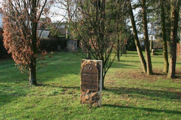 https://upload.wikimedia.org/wikipedia/commons/c/cb/205_J%C3%BCdischer_Friedhof,_Kampweg_(D%C3%BClken).jpg