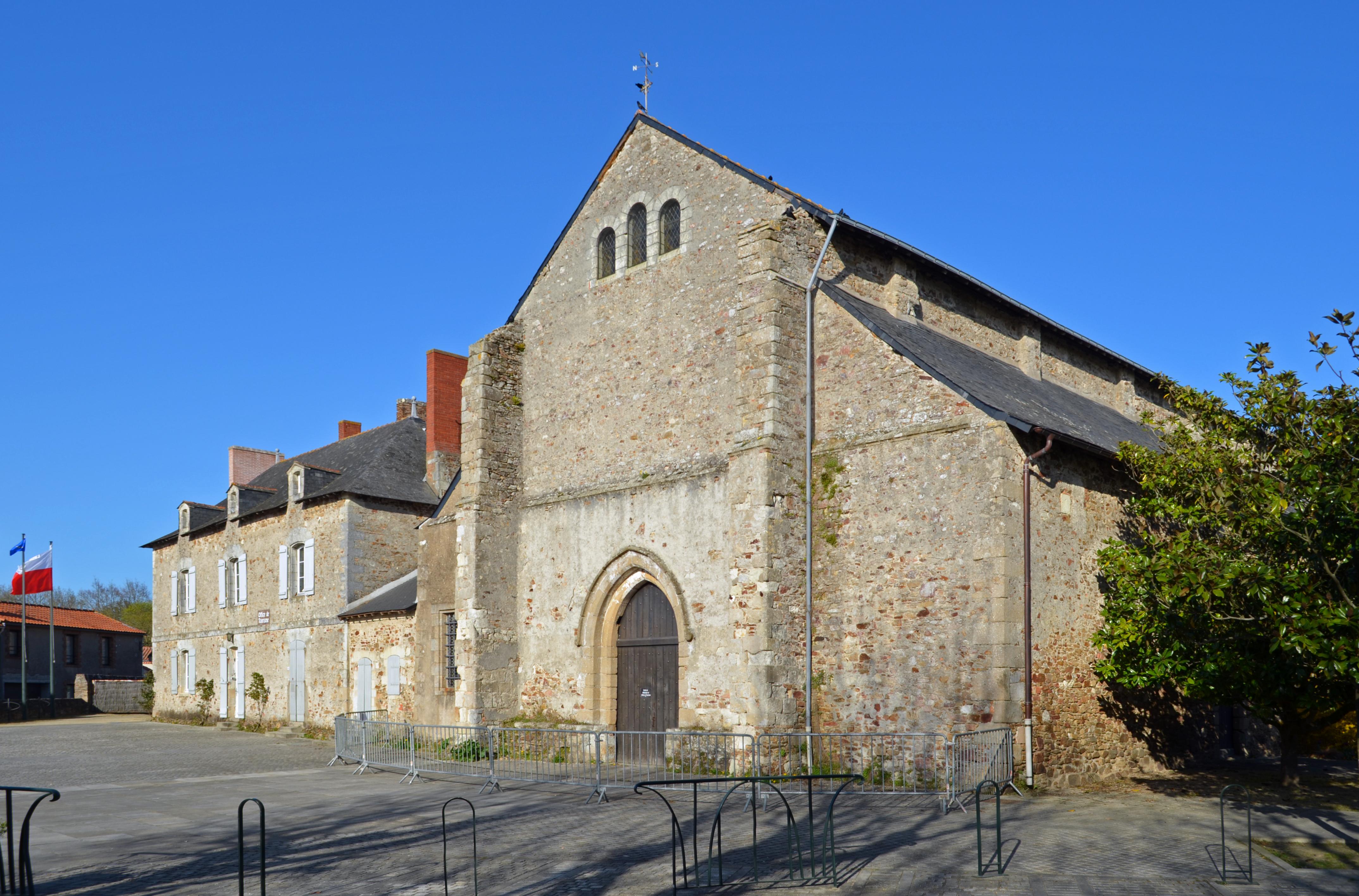 File abbatiale de saint philbert de grand lieu facade for Piscine saint philbert de grand lieu