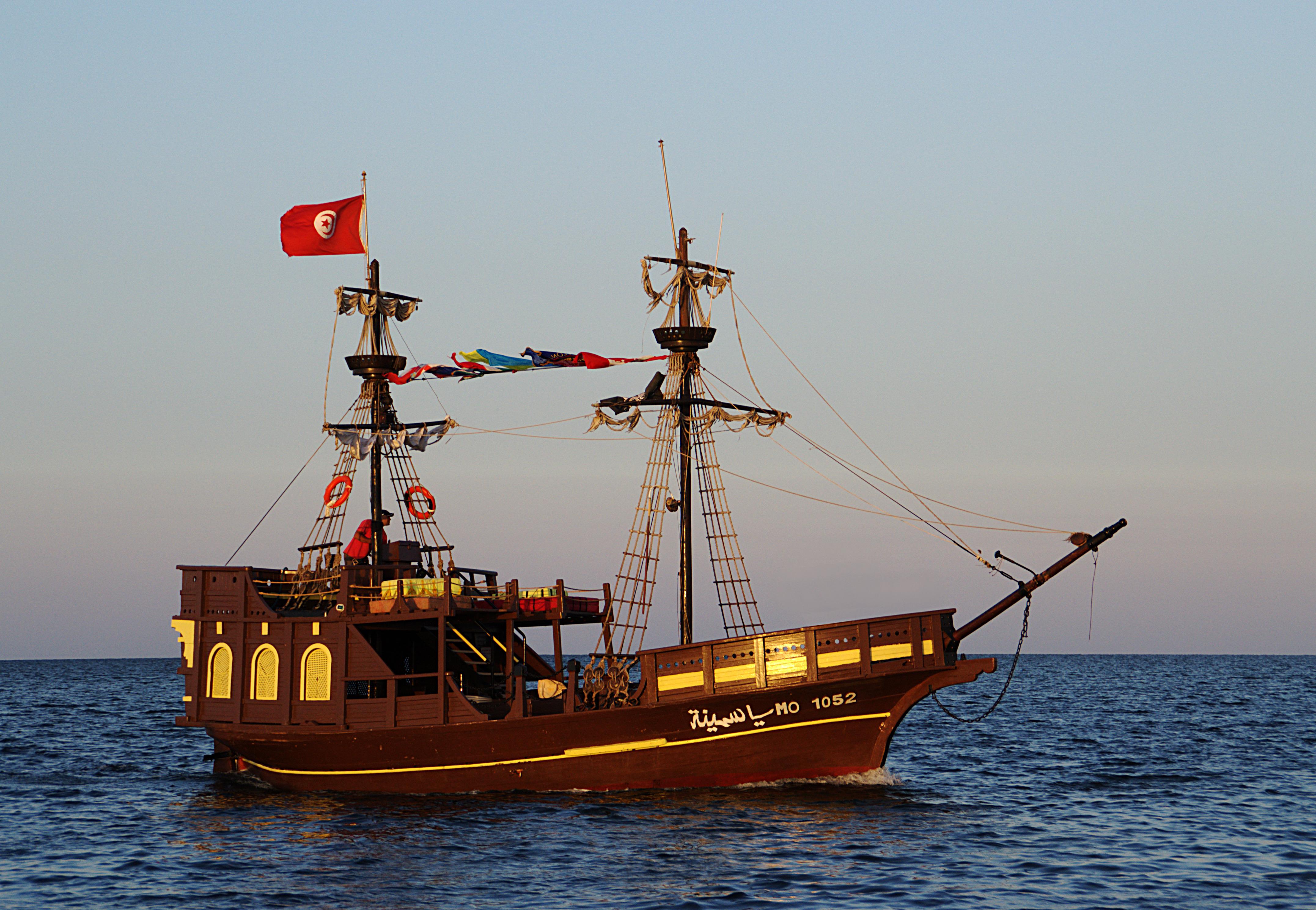 File bateau pirate yasmina tunisie juin - Image bateau pirate ...