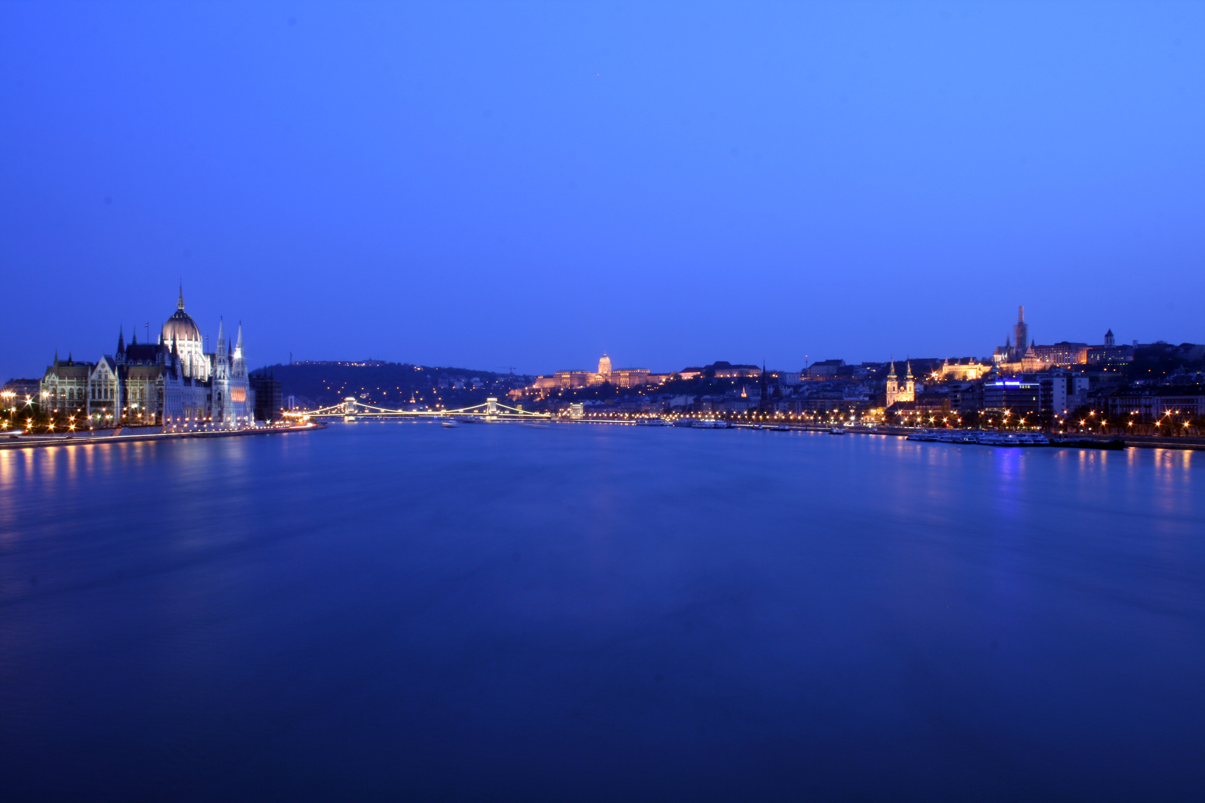 http://upload.wikimedia.org/wikipedia/commons/c/cb/Budapest_Danube_panorama_2.jpg