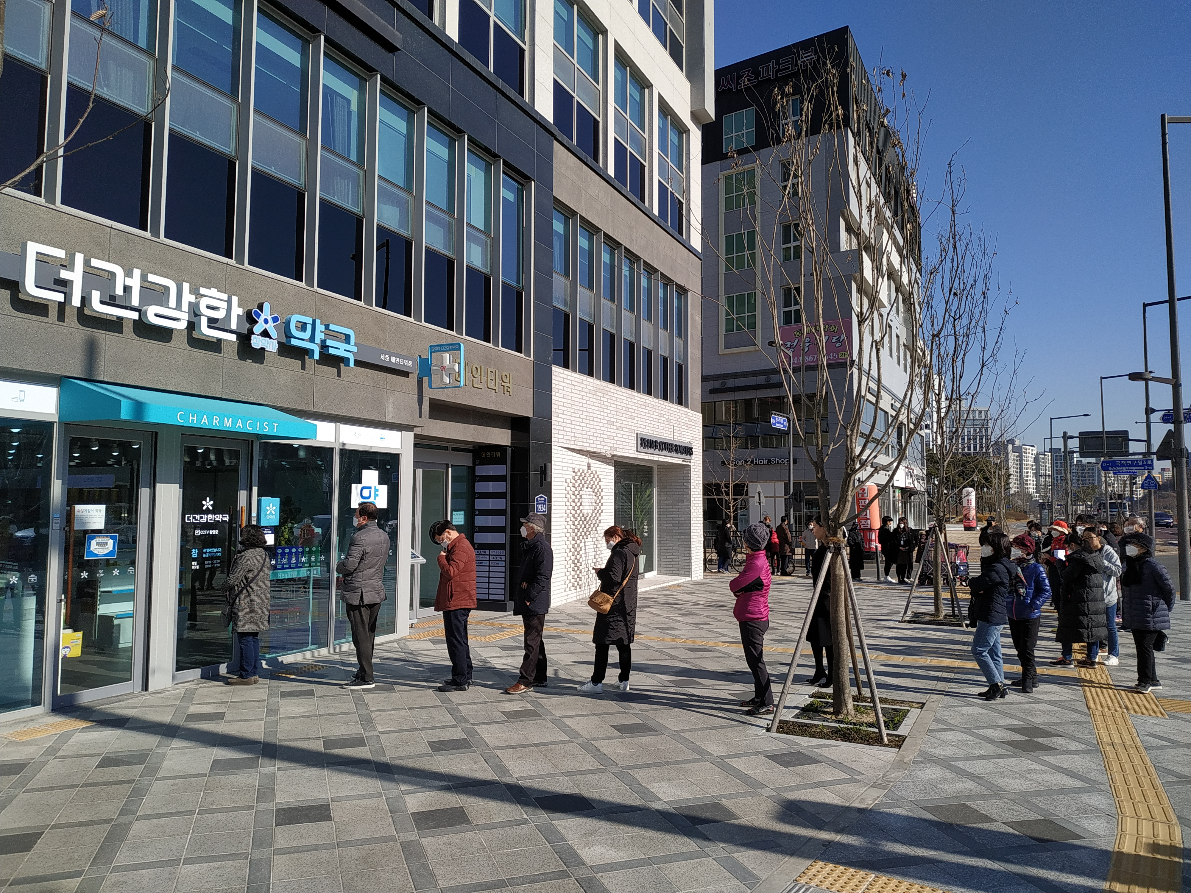 File:COVID19 South Korea pharmacy long line.jpg - Wikimedia Commons