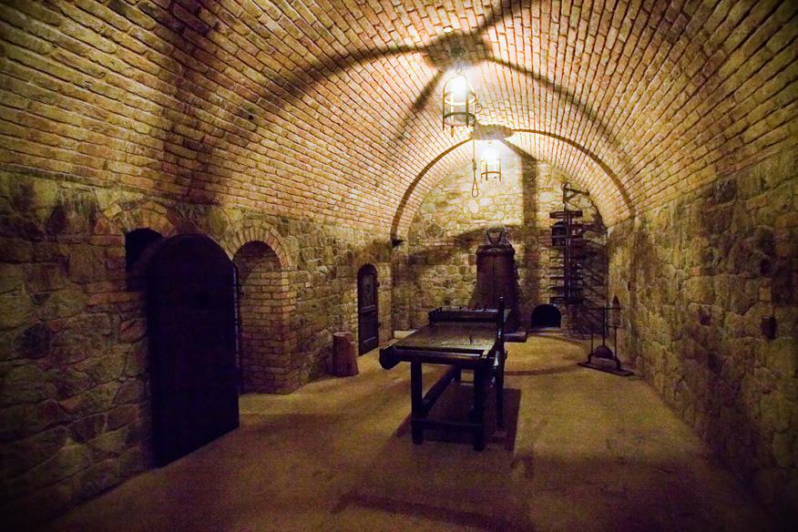 http://upload.wikimedia.org/wikipedia/commons/c/cb/Castello-di-Amorosa-torture-chamber.jpg