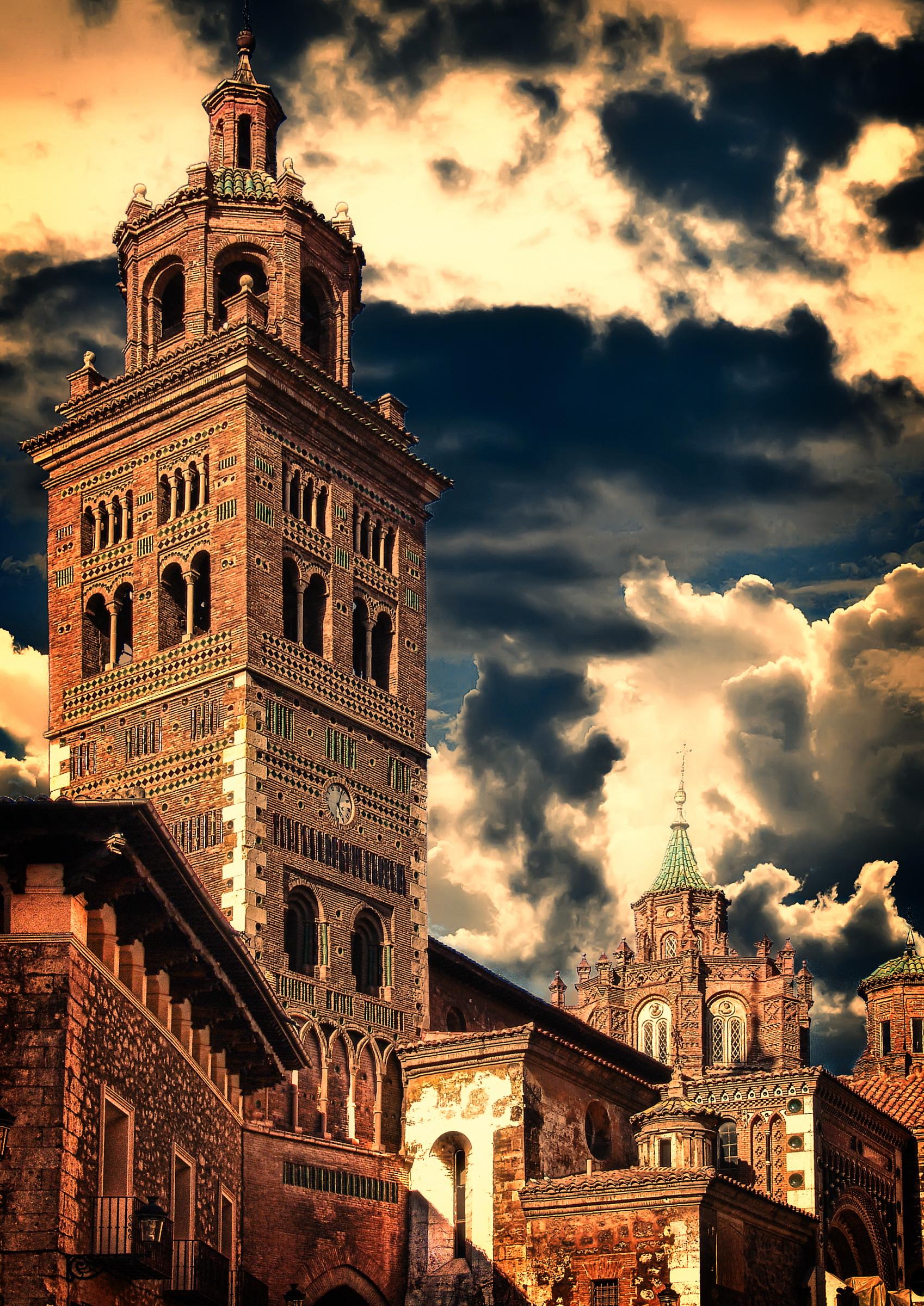 http://upload.wikimedia.org/wikipedia/commons/c/cb/Catedral_de_Teruel.jpg