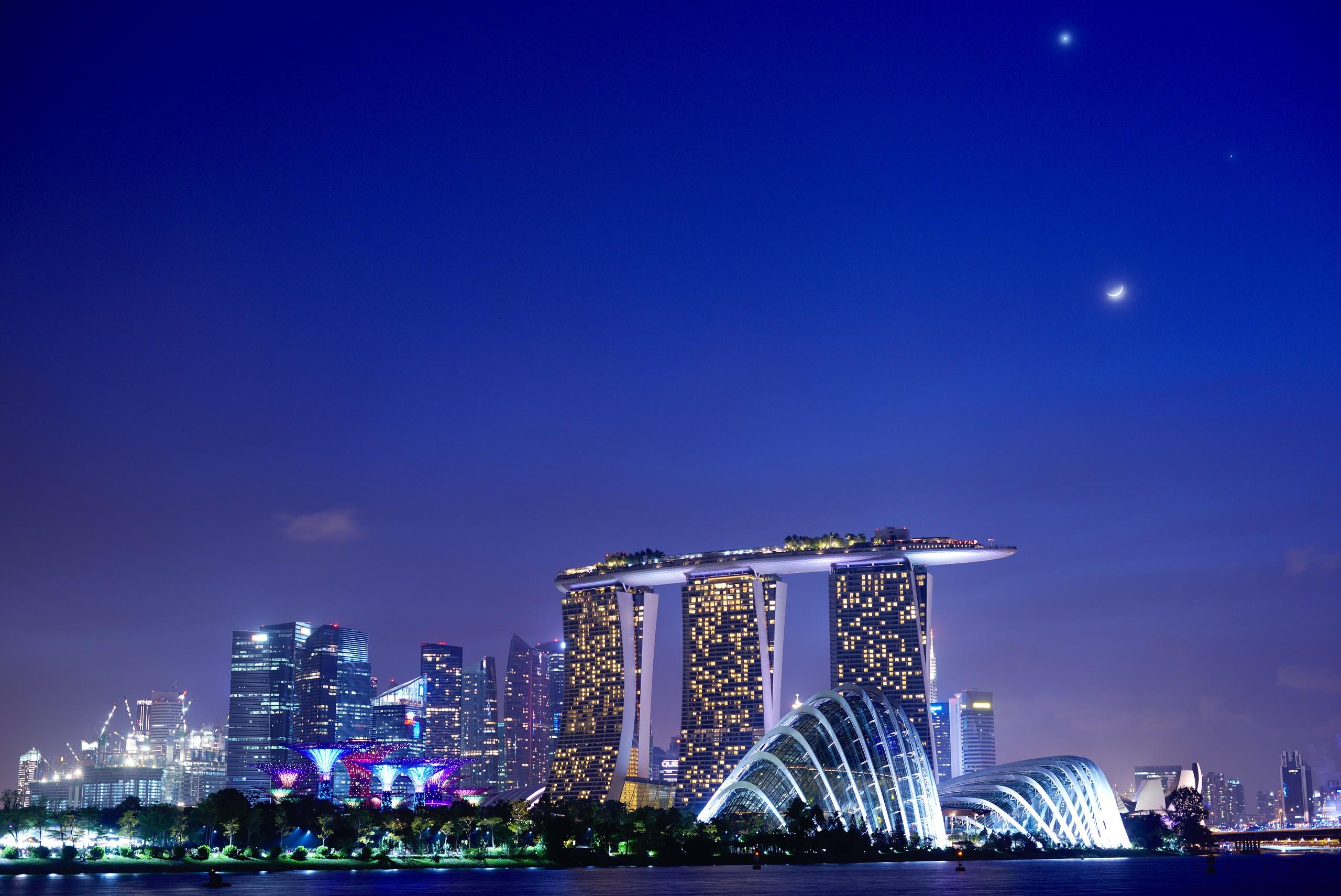 File:Conjunction of Moon, Venus and Jupiter over Marina Bay