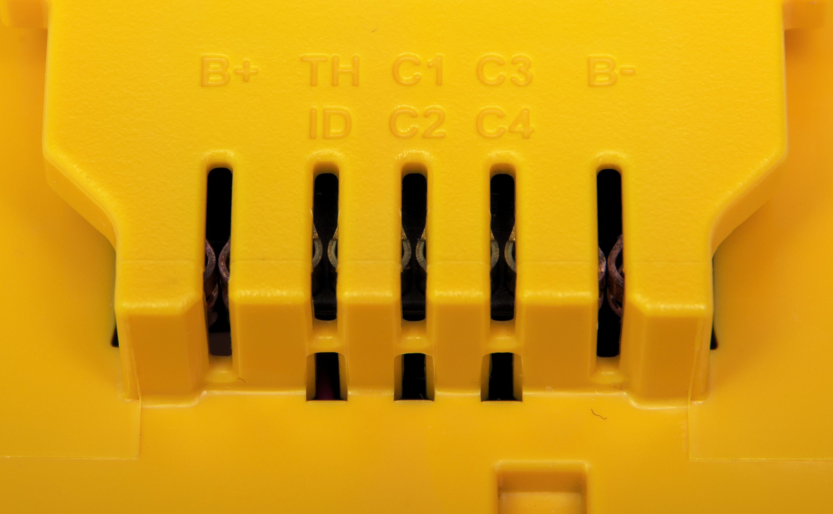 File:Contacts on DeWalt 20V Max battery.jpg