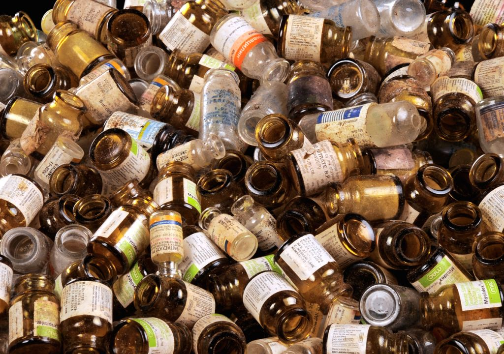этих картинка стеклянная бутылка мусор зима
