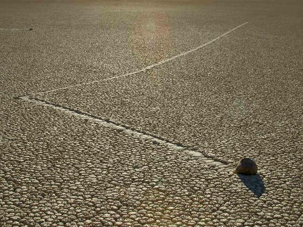 Piedra en el Racetrack Playa, con trazado no lineal