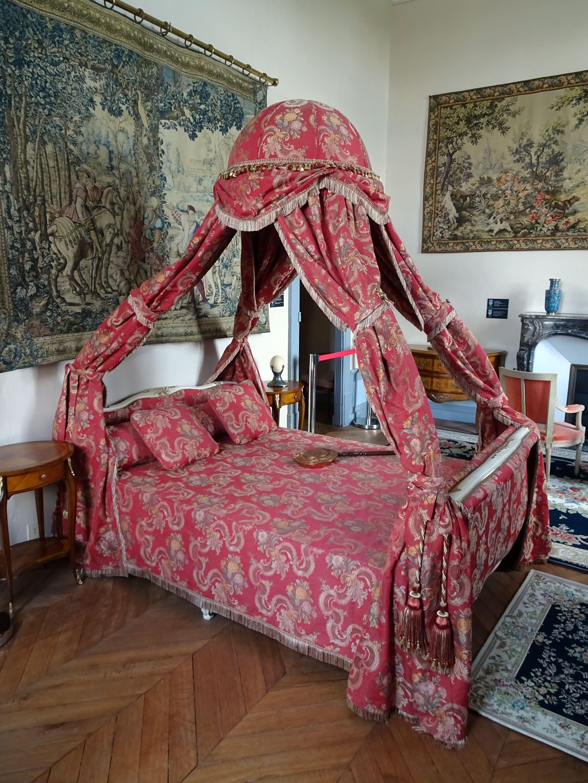 Filegeek Faeries V90 Irl 2018 039jpg Wikimedia Commons - 10-geek-furniture-designs