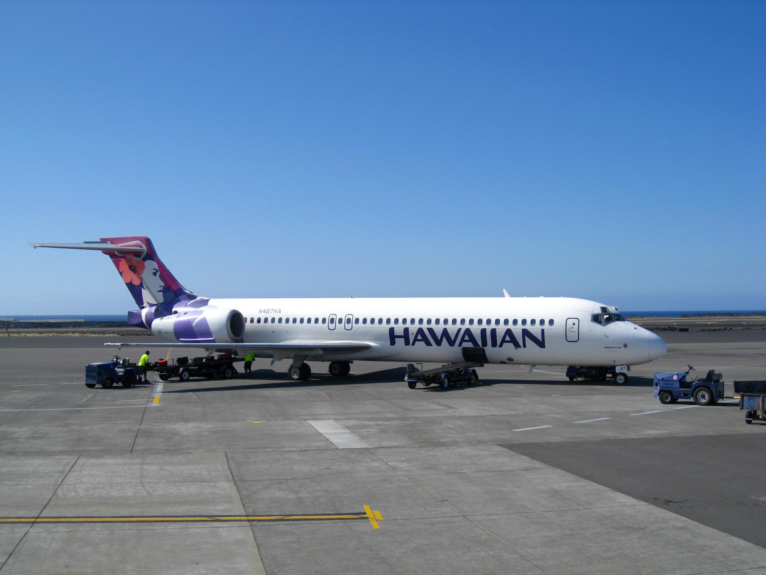 http://upload.wikimedia.org/wikipedia/commons/c/cb/Hawaiian_Airlines.Boeing_717-200.KOA.2009.jpg