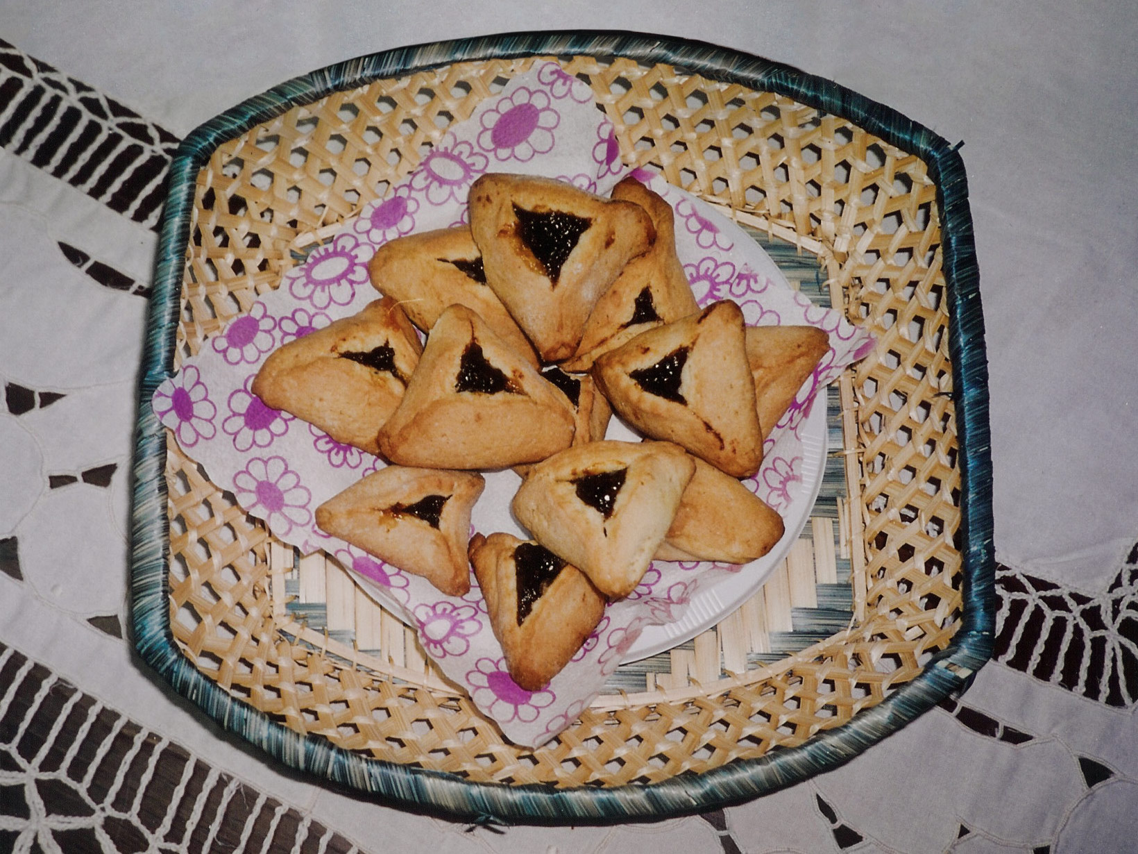 http://upload.wikimedia.org/wikipedia/commons/c/cb/Homemade_hamantaschen.jpg