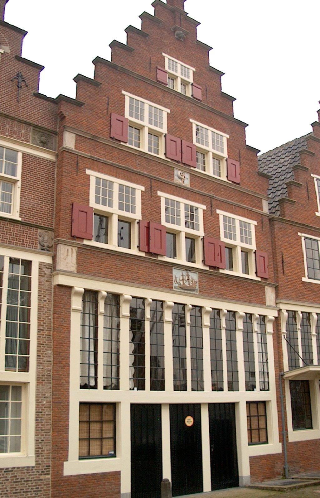 Huis met gepleisterde gevel met moderne bekroning in hoorn monument - Oude huis gevel ...