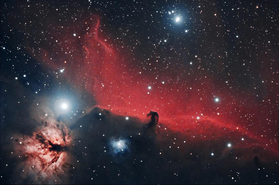 Aufnahme von IC 434 mittels RGB und Hα-Spektralfilter, wodurch die rötliche Färbung von IC 434 hervortritt.