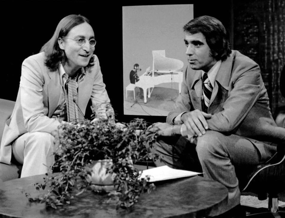 John Lennon y el conductor Tom Snyder del programa de televisión Tomorrow, en 1975. Esta fue la última entrevista televisiva que dio Lennon antes de su muerte en 1980.