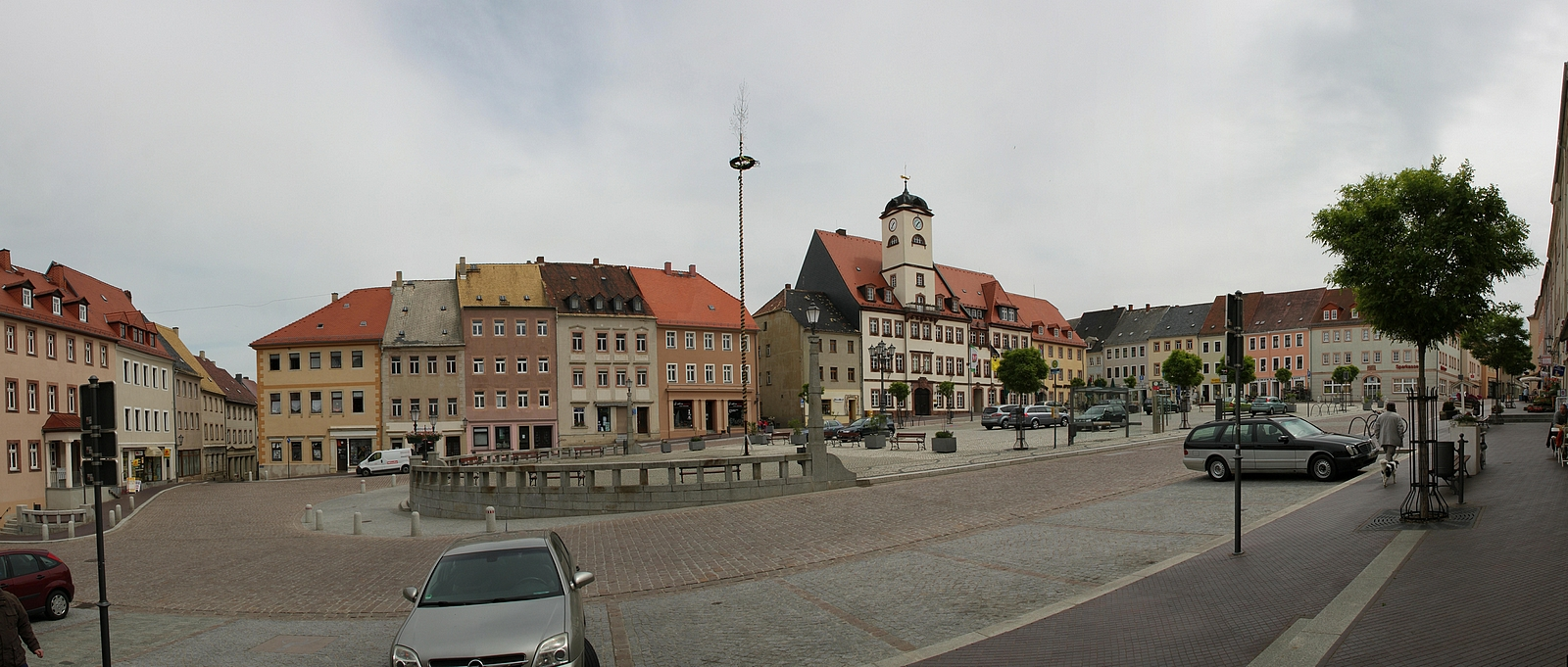 http://upload.wikimedia.org/wikipedia/commons/c/cb/Leisnig_-_Marktplatz_Panorama_%2802-2%29.jpg
