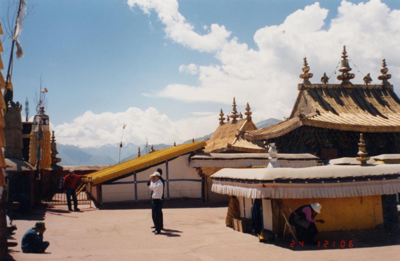 http://upload.wikimedia.org/wikipedia/commons/c/cb/Lhasa.jpg