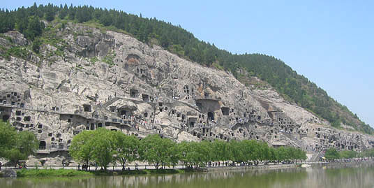 ����:Longmen-grottoes-longmen-mountain-from-a-distance.jpg