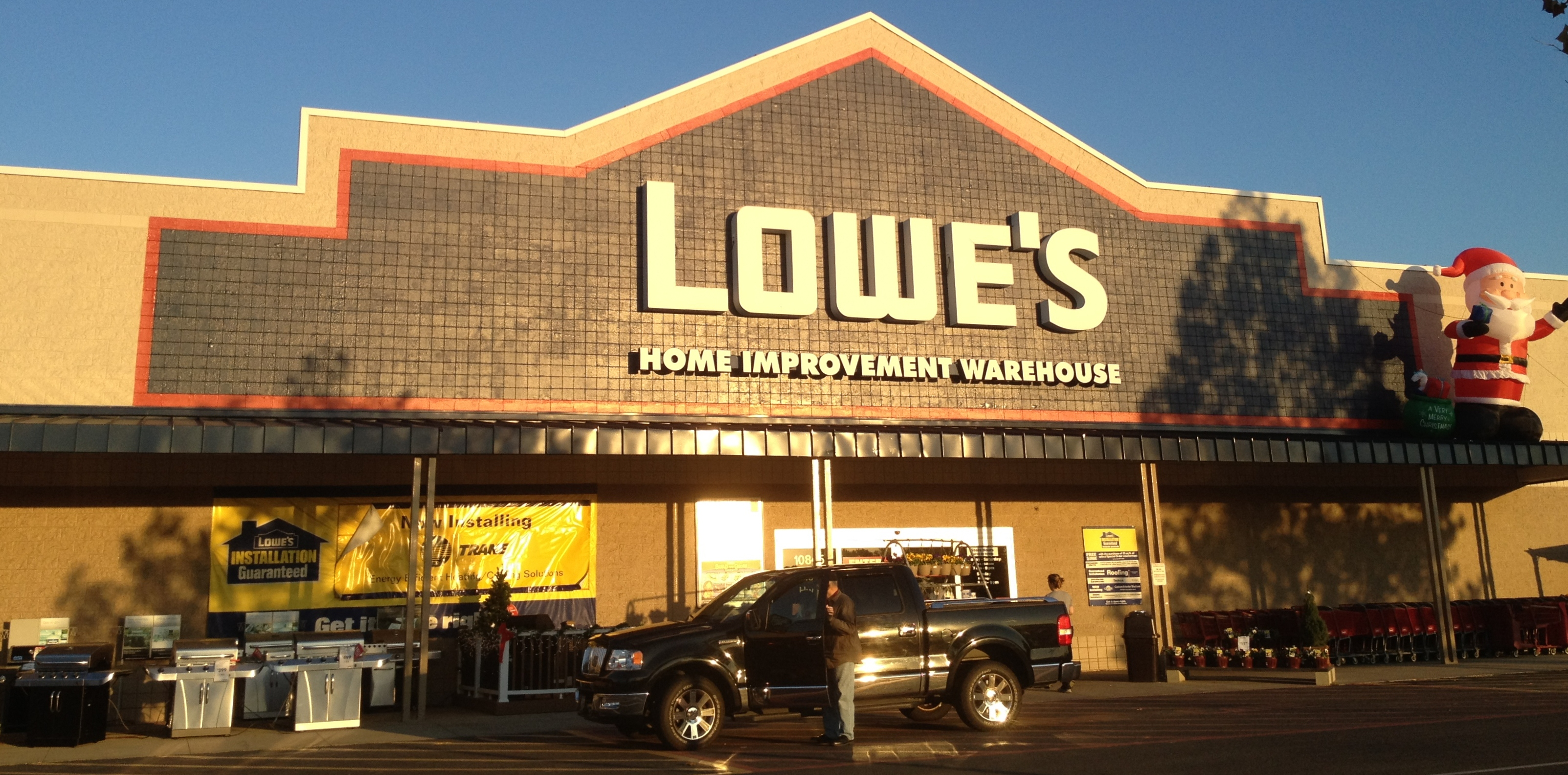 comparing lowes and home depot market structure Cramer on lowe's vs home depot: i'm changing my opinion in the home improvement space, lowe's and home depot have cornered the market, and lately cramer has witnessed a strange up 73 percent versus 65 percent for home depot additionally, lowe's posted 40 percent earnings per.