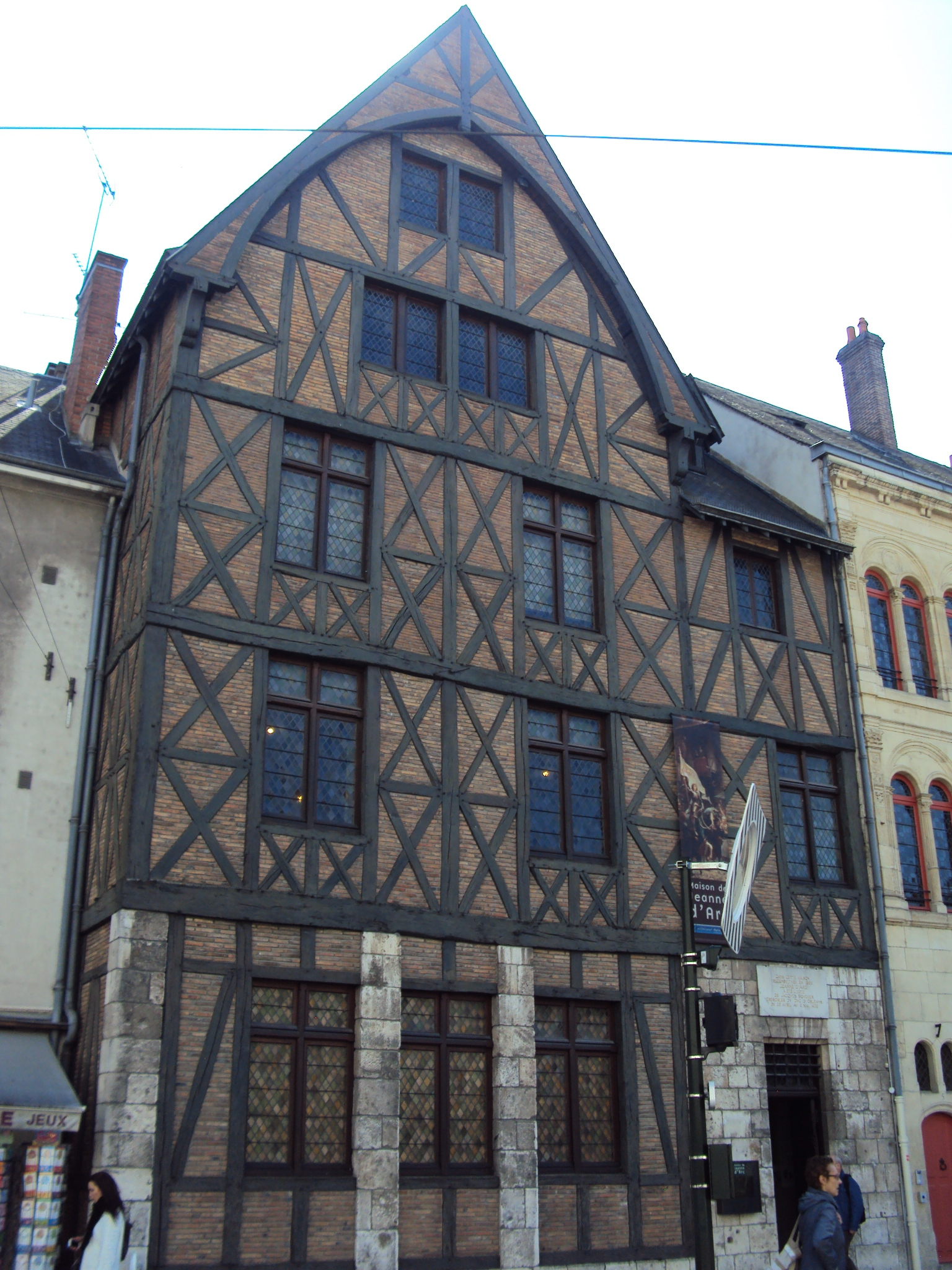 https://upload.wikimedia.org/wikipedia/commons/c/cb/Maison_de_Jeanne_d%27Arc%2C_Orl%C3%A9ans.JPG