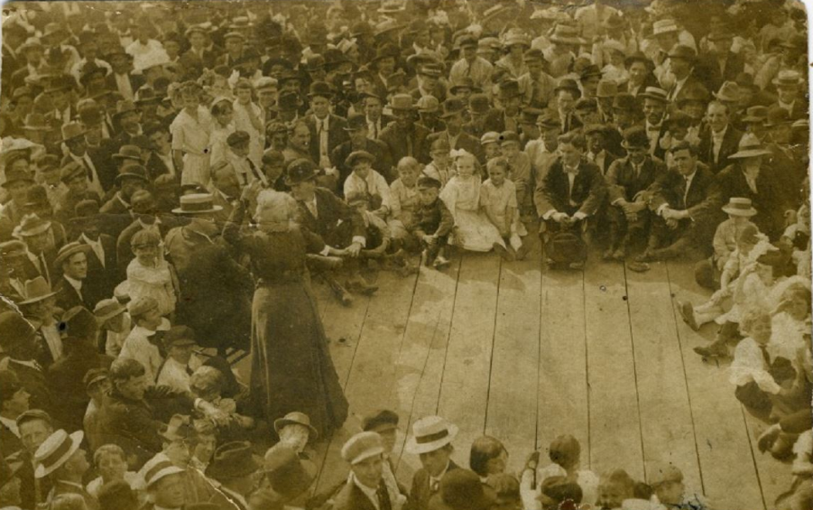 Mother Jones rallying workers in Montgomery WV August 1912.png