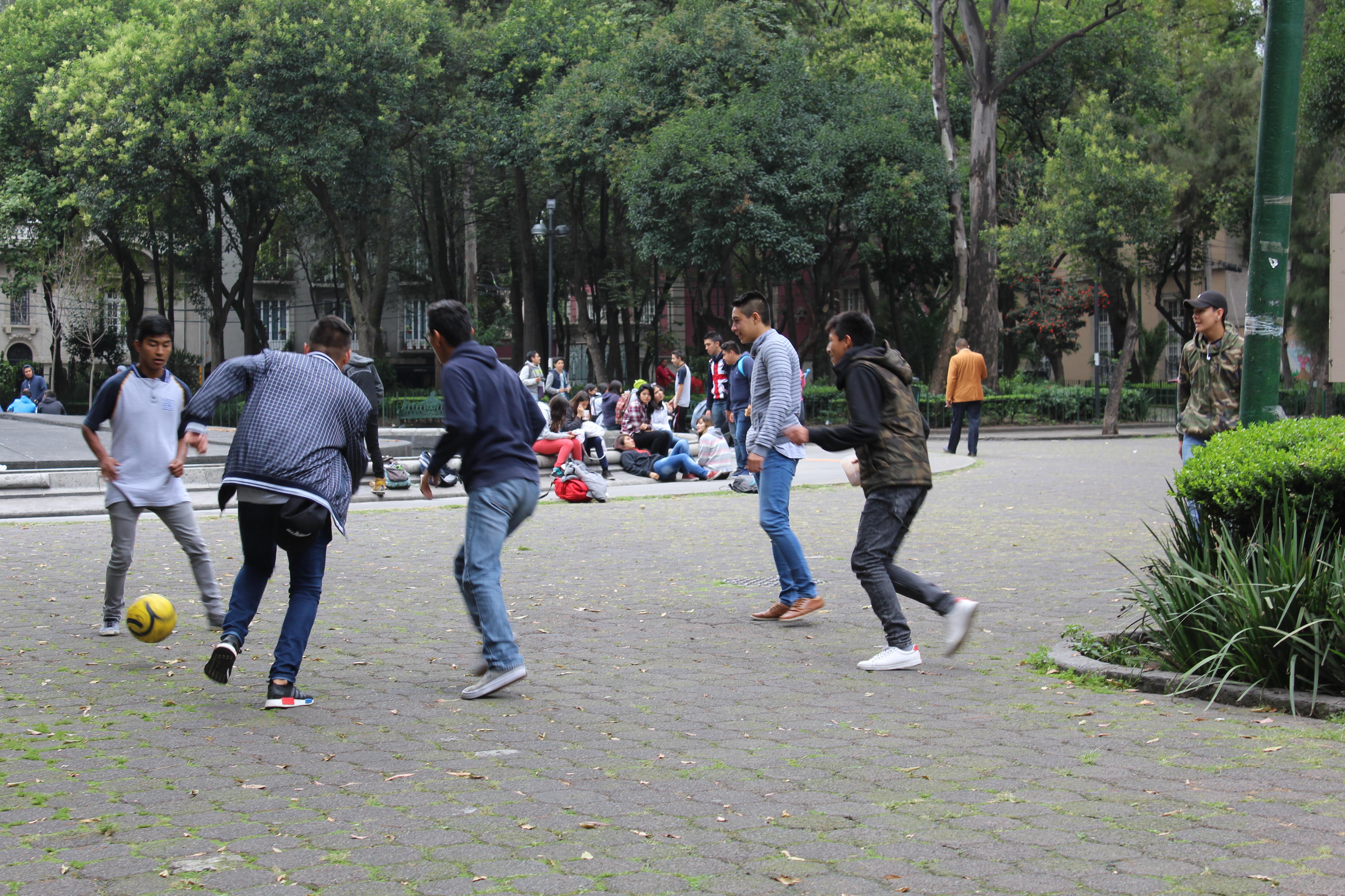 File:Niños Jugando Fútbol, Ciudad De México.jpg