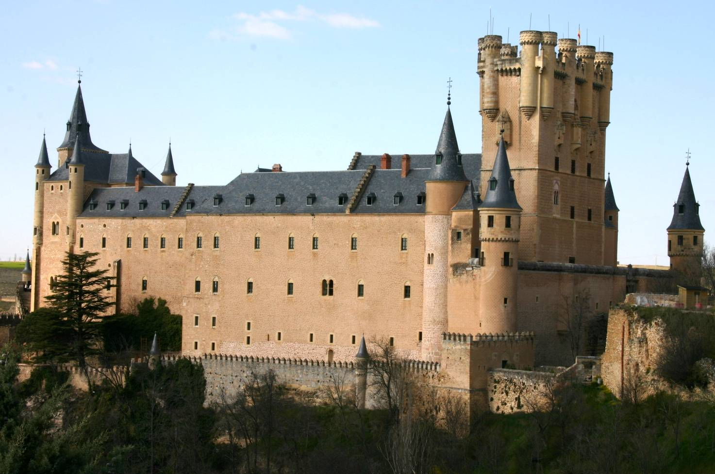 File:Side view of the Alcazar in Segovia.jpg - Wikimedia ...