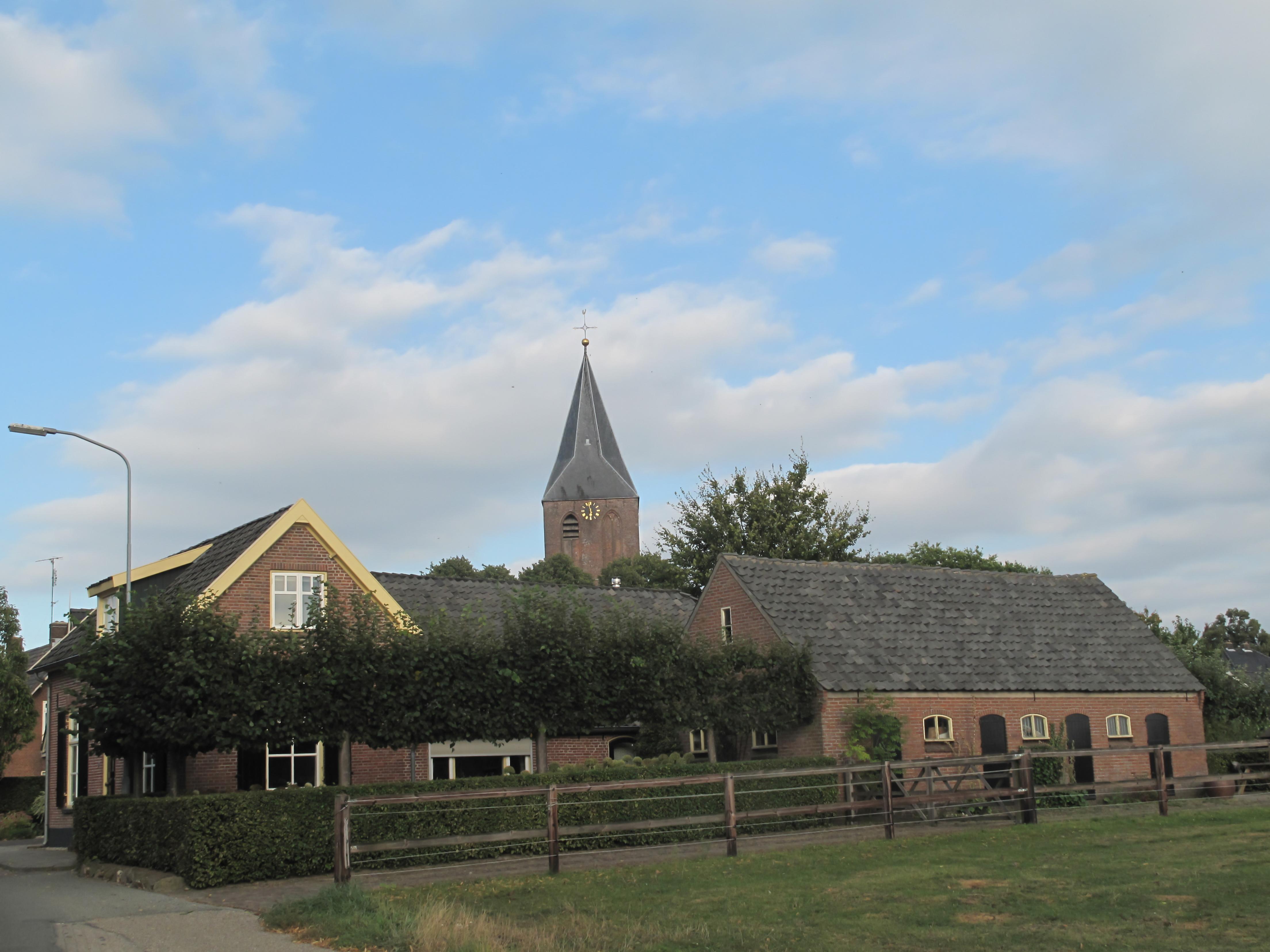 steenderen, de sint remigiuskerk in straatzicht foto6 2012-09-07 17.57.jpg