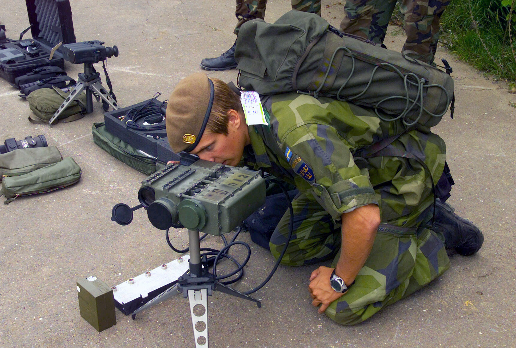 File Swedish Soldier With Laser