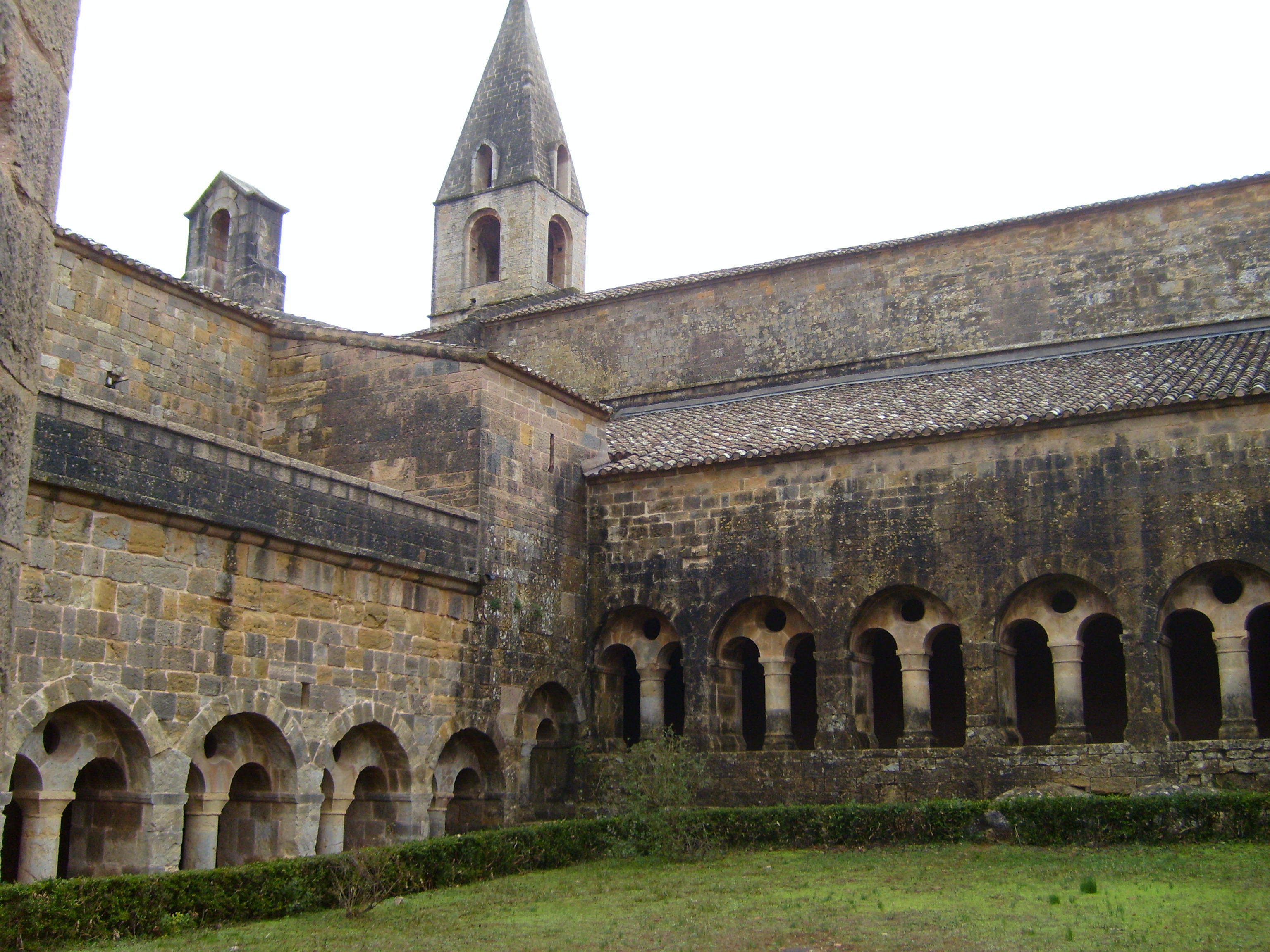 Le Thoronet France  city photos : Thoronet Cloister and Tower Wikimedia Commons