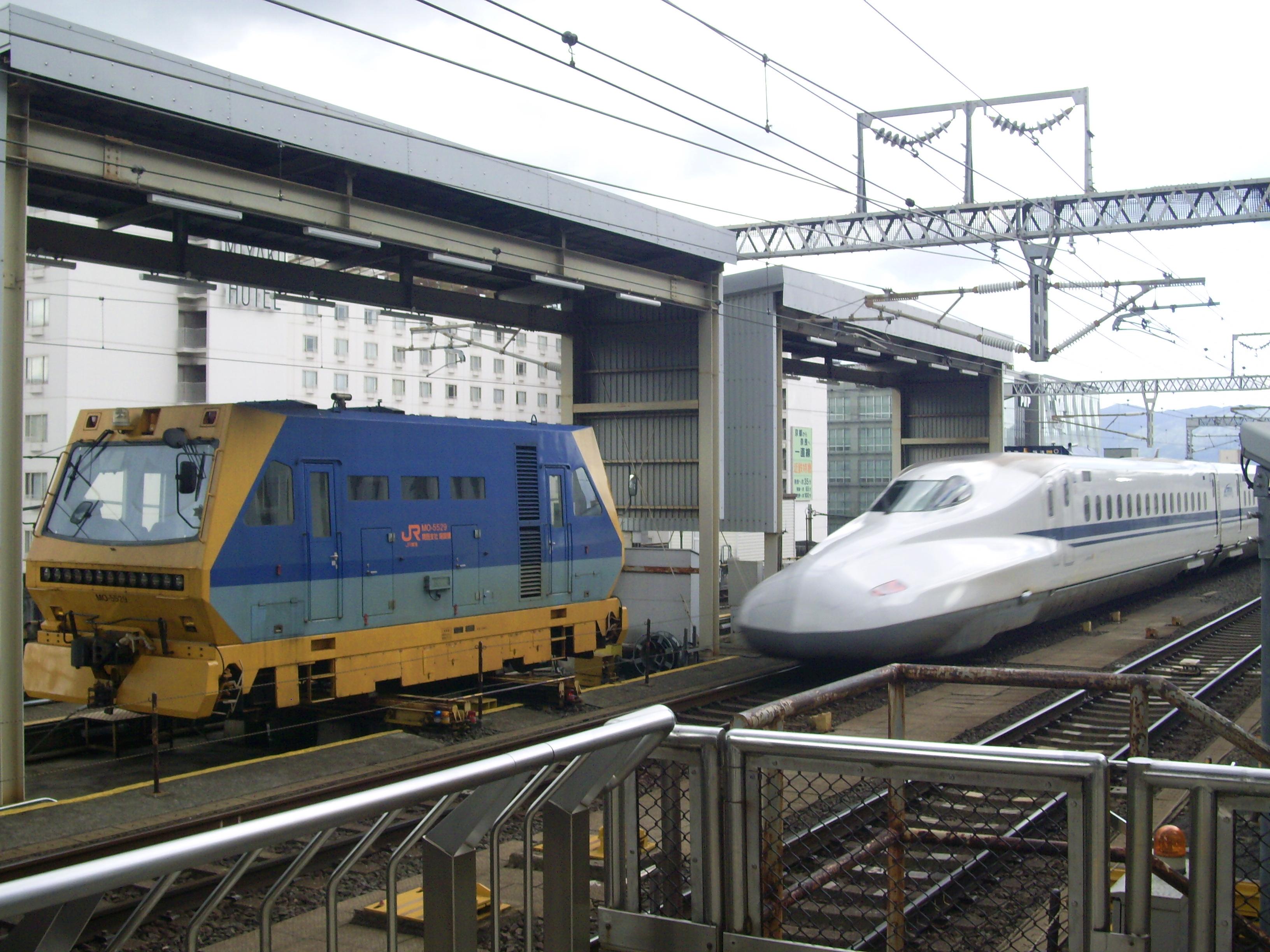 https://upload.wikimedia.org/wikipedia/commons/c/cb/Tokaido_Shinkansen_Kyoto_station_railway_track_maintenancea_line_01.jpg