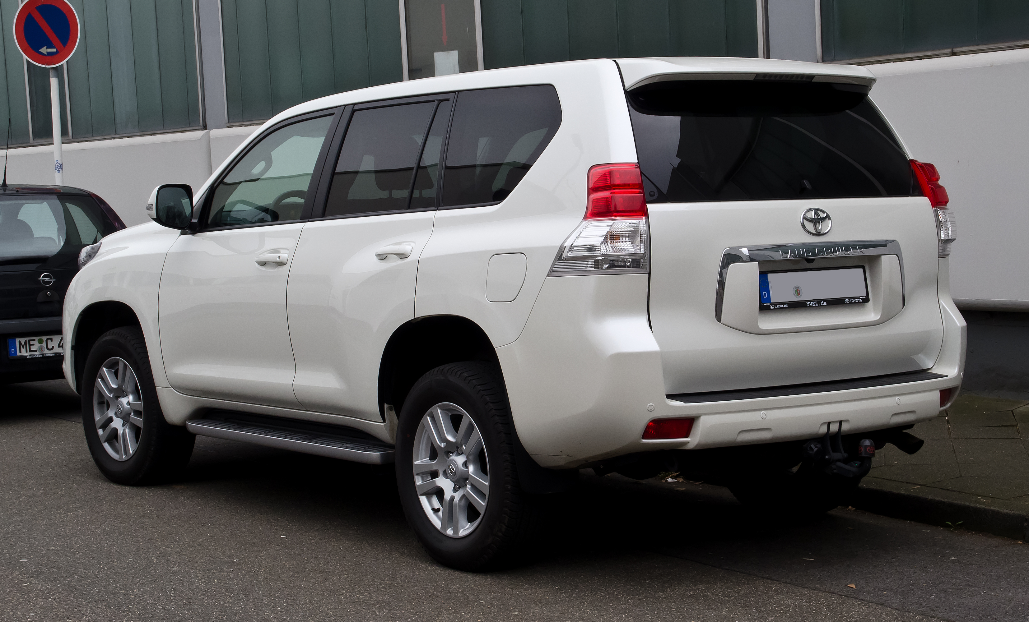 Description Toyota Land Cruiser 3.0 D-4D Life (J15) – Heckansicht