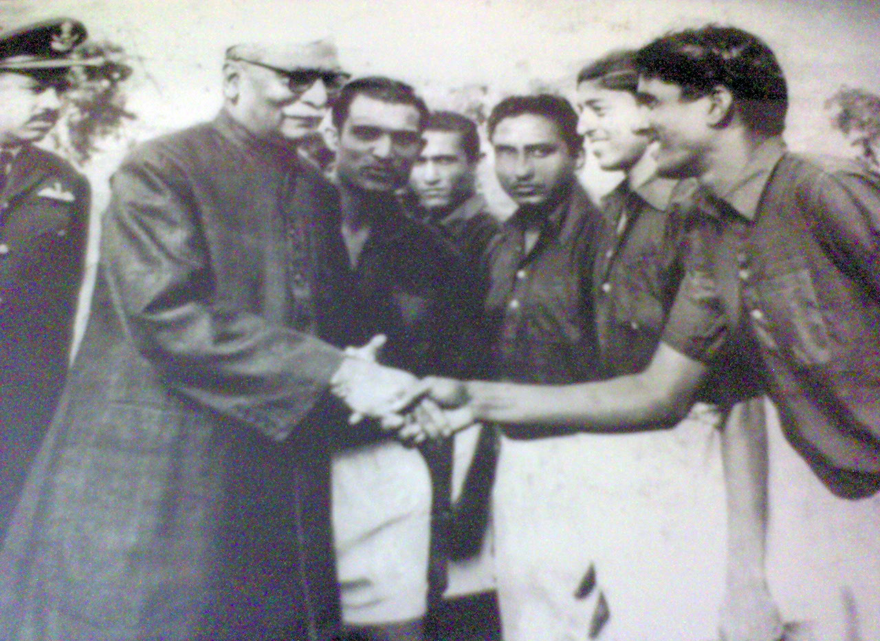 File:Varahalu Siddanathi with the honorary first president