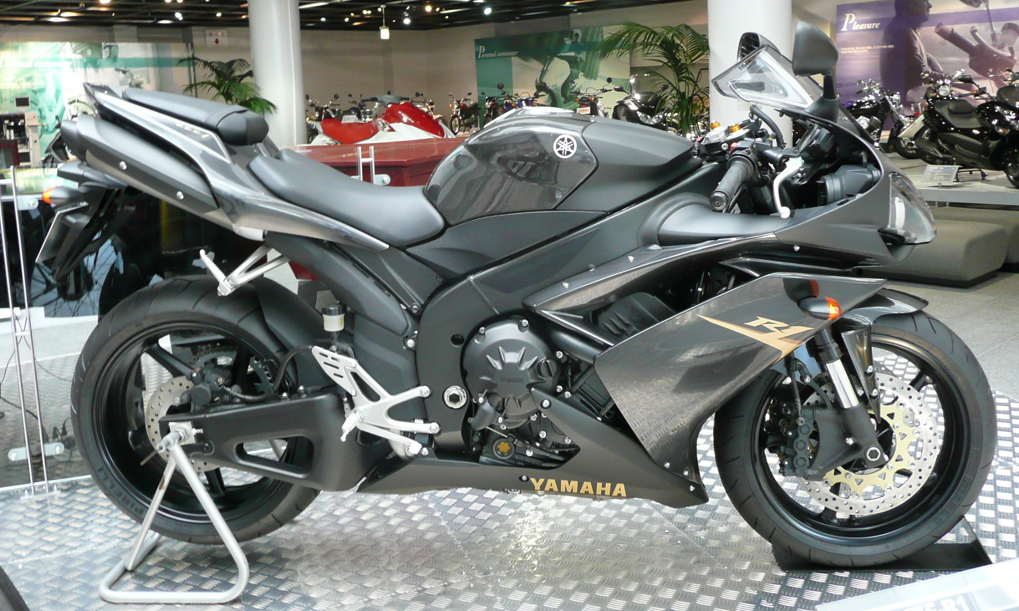 File:YAMAHA YZF-R1 2008 right side.jpg - Wikimedia Commons